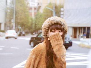 通りで微笑む女性の写真・画像素材[1641993]