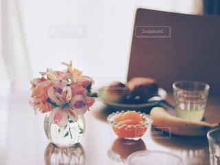 テーブルの上の花の花瓶の写真・画像素材[2169806]