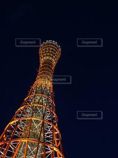 大きな背の高い塔上空の背景と神戸ポートタワーをバック グラウンドでの写真・画像素材[1133463]