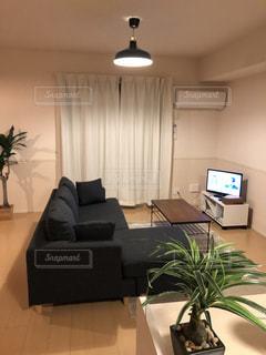 リビング ルームでいっぱいの家具とフラット スクリーン テレビの写真・画像素材[954985]