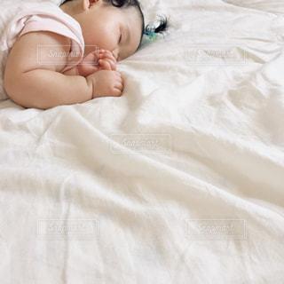 ベッドに横たわる赤ん坊の写真・画像素材[2509766]