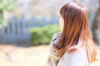 外で考える女性の写真・画像素材[1181155]