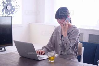 ノートパソコンで仕事をする女性の写真・画像素材[1188952]