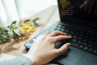PCを操作する人の写真・画像素材[1811927]