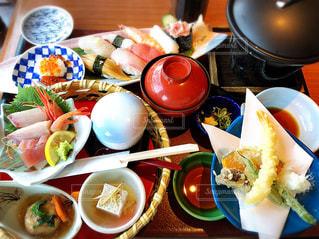 テーブルの上に食べ物のプレートの写真・画像素材[997739]