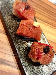木製テーブルの上の肉の部分の写真・画像素材[1051511]