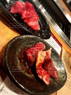 ピザのスライスを皿の料理の写真・画像素材[1051515]