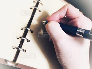ボールペンを持つ手の写真・画像素材[1710474]