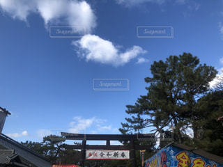 建物の上の時計塔の写真・画像素材[2878407]