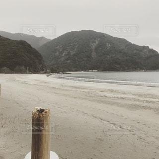 背景の山とビーチの写真・画像素材[1033844]