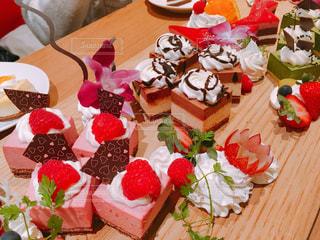 テーブルにバースデー ケーキのプレート - No.899904