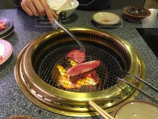 ストーブの上に食べ物のプレートの写真・画像素材[1079993]