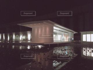 建物は夜ライトアップの写真・画像素材[1079998]