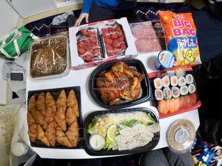 テーブルの上に食べ物の束の写真・画像素材[1134009]