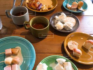 食品やコーヒー テーブルの上のカップのプレートの写真・画像素材[1134011]