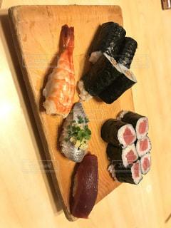 木製テーブルの上寿司 - No.1021807