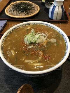 テーブルにあるスープのボウル - No.1021817