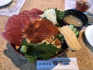 テーブルの上に食べ物のプレートの写真・画像素材[1832225]
