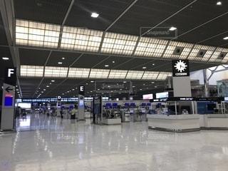 空港で荷物を持つ人々のグループの写真・画像素材[2301620]