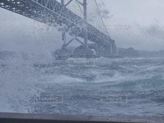 観潮船船内より荒天の鳴門海峡の写真・画像素材[805379]