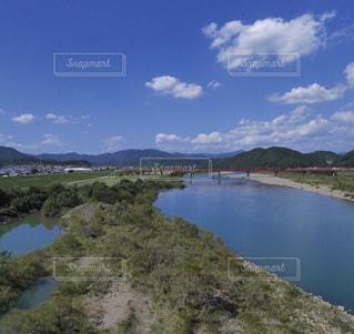 晴天の青空と水面輝く四万十川の写真・画像素材[1128304]