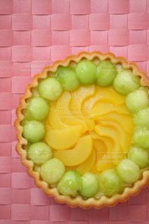 メロンと黄桃のフルーツタルトの写真・画像素材[1633290]