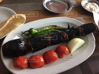 テーブルの上に食べ物のプレートの写真・画像素材[1029932]