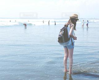 女性,1人,海,後ろ姿,波,人物,美脚