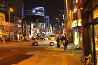 近くに忙しい街の通りのの写真・画像素材[712813]