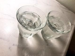 近くのテーブルの上に水のガラスをの写真・画像素材[712816]