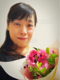 花束を持った女性のアップ - No.1053585