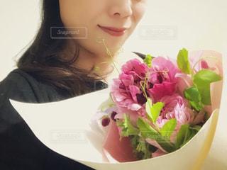 花束を抱える女性の写真・画像素材[1053671]