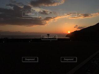 水の体に沈む夕日の写真・画像素材[1700441]