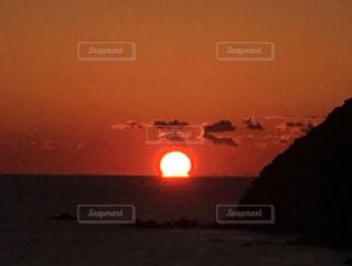 水の体に沈む夕日の写真・画像素材[1742213]