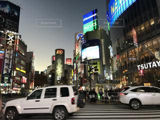車の通り都市の運転が大量のトラフィックでいっぱい - No.766977