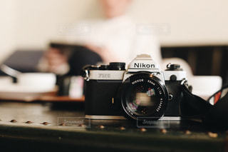 近くにテーブルの上の黒いカメラのアップの写真・画像素材[1061047]