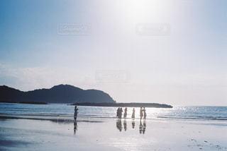 水の体の近くのビーチの人々 のグループの写真・画像素材[1792021]