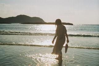 夕暮れビーチと女の子の写真・画像素材[1792036]