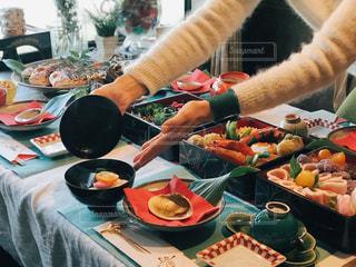 テーブルの上に食べ物を準備する人の写真・画像素材[1792061]