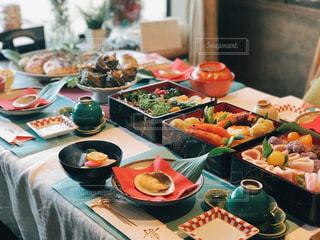 食品のプレートをテーブルに座っている人々 のグループの写真・画像素材[1792062]