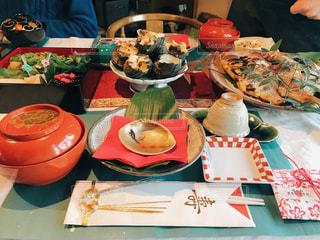 テーブルな皿の上に食べ物のプレートをトッピングの写真・画像素材[1792063]