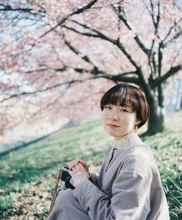 草の中に立っている小さな男の子の写真・画像素材[3011074]