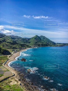 佐渡ヶ島の山と海の写真・画像素材[2091578]