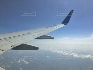 大型航空機を空中に高く飛ぶの写真・画像素材[715266]