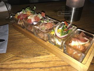 テーブルの上に食べ物の写真・画像素材[1048021]