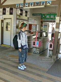 改札口に立つ女性の写真・画像素材[763735]