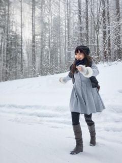 雪の中を走る女性の写真・画像素材[847605]