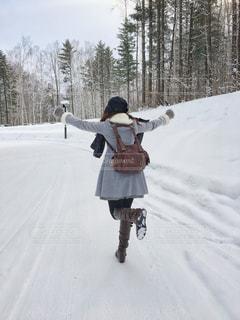 雪の中を走る女性の写真・画像素材[847627]