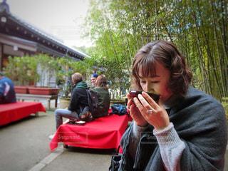 お抹茶を飲む女性の写真・画像素材[864575]