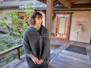 お寺の縁側で佇む女性の写真・画像素材[865531]